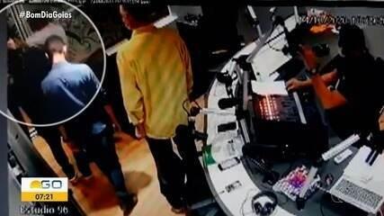 Candidato dá cotovelada em rosto de produtor após entrevista em rádio de Anápolis; vídeo