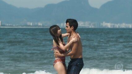 Guto leva Benê para conhecer a praia e os dois se beijam