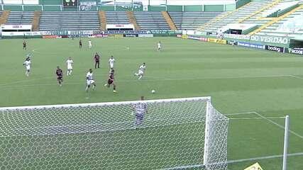 Léo Ceará dribla o goleiro e chuta na rede pelo lado de fora, aos 32 do 2ºtempo