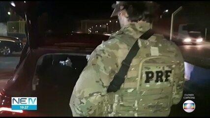Cinco homens pulam de carro roubado em movimento durante perseguição policial no Recife