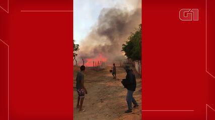 Moradores registram chamas próximo a residências em Ipaumirim.