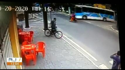Após ser atingido por ônibus, motociclista é arremessado em Três Rios