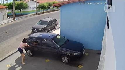 Dupla assalta mulher, que se desespera por filho ficar dentro do carro
