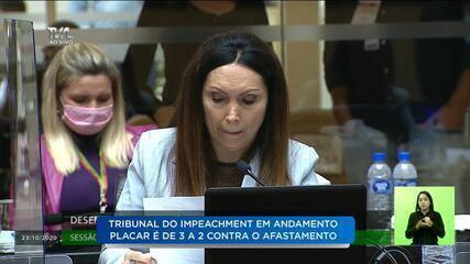 Desembargadora Cláudia Lambert fala no tribunal de julgamento