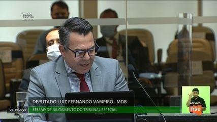 Deputado Luiz Fernando Vampiro fala no tribunal de julgamento