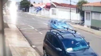 Vídeo mostra momento em que entregador é arremessado ao ser atingido por carro em SP