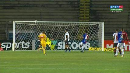 Bruno Gomes cabeceia e bola vai no travessão, aos 17 do 1º Tempo