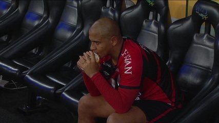 Walter fica desolado, após perder pênalti, na derrota do Athletico-PR para o Flamengo, na Copa do Brasil