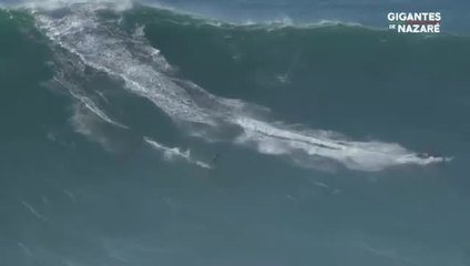 Nico Von Rupp pega uma das maiores ondas do dia, em Nazaré
