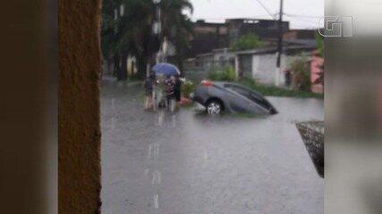 Motorista perde controle do carro e cai em canal de São Vicente, SP