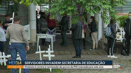 Servidores invadem a sede da Secretaria Estadual de Educação, em Curitiba