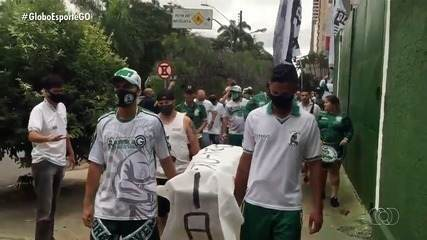 Torcida do Goiás faz enterro simbólico da diretoria em protesto na Serrinha