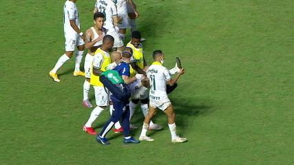 Felipe Melo sai de campo carregado, após o término da partida