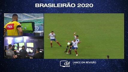 Não vale a pena! Juiz valida gol baiano, mas revê lance no VAR e marca falta de Nino Paraíba no início, aos 47 do 1º tempo