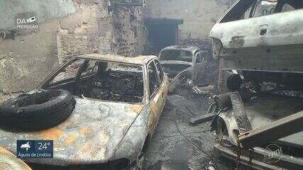 Bombeiros fazem rescaldo em oficina de veículos destruída por incêndio em Piracicaba