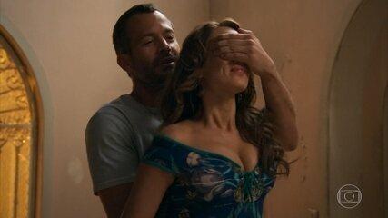Apolo (Malvino Salvador) leva Tancinha (Mariana Ximenes) para a nova casa - 'Haja Coração'