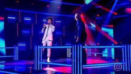 Carlos Júnior e Izrra cantam 'Apaga A Luz'