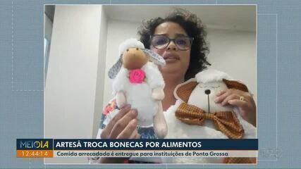 Artesã troca bonecas por alimentos para instituições de Ponta Grossa