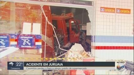 Caminhão perde freio e invade supermercado no Centro de Juruaia, MG