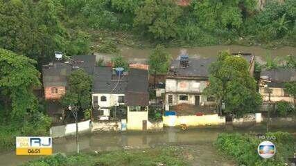 Ruas de São Gonçalo ficam alagadas após chuva