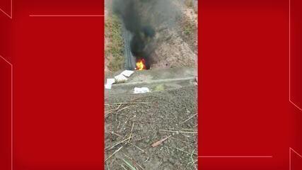 Carro despenca de ponte e pega fogo na divisa entre Abaira e Milagres, no Sul do Ceará