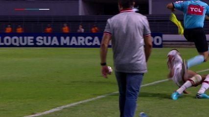 Reginaldo e Bandeira escapam por pouco de carrinho de Ronaldo Alves