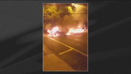 Ataque a banco termina com troca de tiros e veículos incendiados, em Araraquara