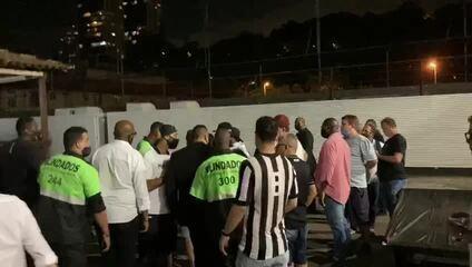 Após invasão, torcedores do Botafogo são retirados da sede do clube