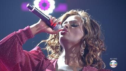 Diva Menner canta 'Saving All My Love For You' na Rodada de Fogo