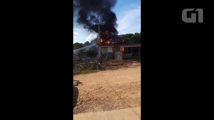 Incêndio destrói casa em Jaru, RO