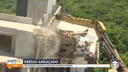 Mais de uma semana após tombar, prédio inclinado começa a ser demolido em Betim