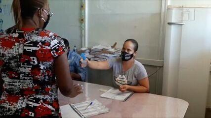 Eleitora recusa álcool gel após usar caneta emprestada, em Goiânia