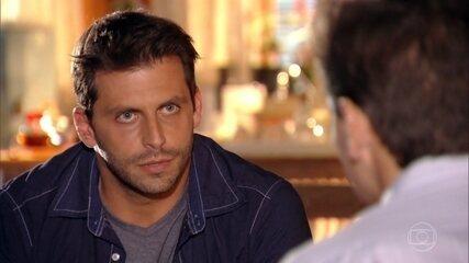 Mantovani avisa a Cassiano que Rafael é o dono do avião que pousou na pista clandestina