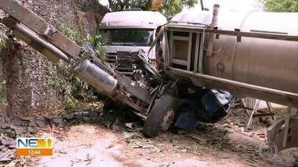 Caminhão-pipa atinge carro e casa no Cabo de Santo Agostinho