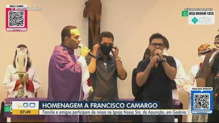 Zezé Di Camargo chora e canta durante missa em homenagem ao pai, Seu Francisco