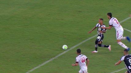 Gustavo Henrique faz falta na entrada da área e é expulso, aos 43' do 2T