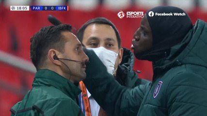 PSG e Istanbul Basaksehir deixam o gramado após ofensa racista do 4º árbitro