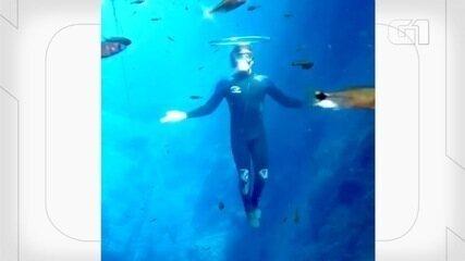 Jovem faz sucesso na internet com mergulhos em cavernas submersas de Bonito (MS).