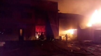 Bombeiros combatem incêndio que atingiu fábrica de travesseiros em Ibitinga