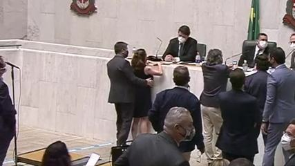 Vídeo mostra deputado Fernando Cury passando a mão na deputada Isa Penna na Alesp