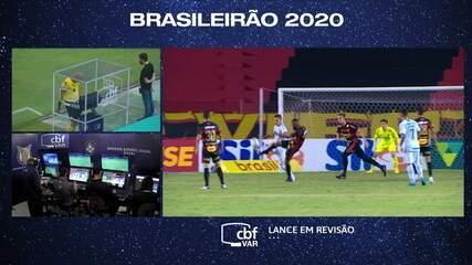 Pênalti! Após revisão do VAR, árbitro marca penalidade a favor do Grêmio, aos 25 do 1º
