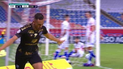 Gol do Ceará! Lima arranca pela esquerda e chuta no ângulo, sem chances para Felipe Alves, aos 2 do 2º
