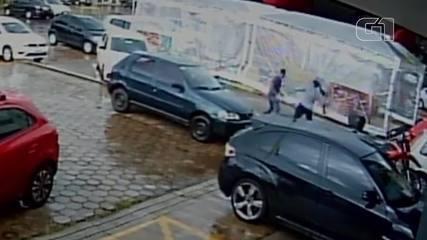 Mulher reage a assalto, dá tapas, socos e corre atrás de criminoso no DF