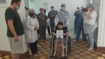 Pai se emocionou com alta de filho que ficou entubado aos 6 anos devido à Covid-19