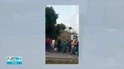 Caminhão entra na contramão, bate em carro e acidente deixa mulher morta