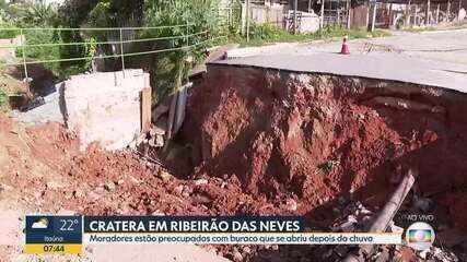 Cratera em rua de Ribeirão das Neves preocupa moradores