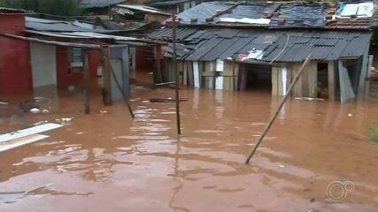Forte chuva atinge bairros de Itapetininga e mais de 10 casas ficam alagadas