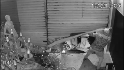 Criminosos arrombam porta com carro e furtam loja em São José