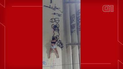 Vídeo flagra jovens pichando muro de prédio público no Centro de Fortaleza