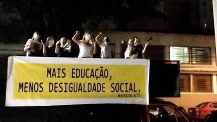 Manifestantes a favor da retomada das aulas fazem protesto em frente à casa de Bruno Covas